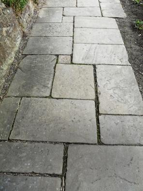 14.Formátovaná plochá dlažba zpravidelných plochých kamenů různých velikostí je dnes již málo používaná. Hlavním důvodem je jistě cena adostupnost, protože jednotlivé kameny musí mít iodpovídající tloušťku (min. 8cm) pro zadláždění.