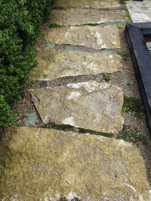 15.Velké ploché kameny dozahrady není snadné sehnat. Jejich použití je všestranné.