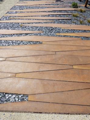17.Železo sice není přírodní materiál, ale je součástí přírody. Speciální ocel Corten rezaví jen napovrchu kvůli typické patině.