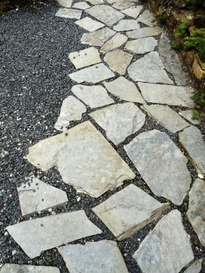 19.Velmi jednoduché řešení představuje položení plochých kamenů dokamenné drtě.