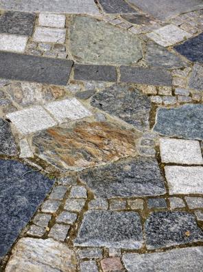 """21.Tato dlažba by se dala nazvat """"co dům dal…"""". Jako inspirace pro využití nejrůznějších zbytků kamení je však velmi vhodná."""