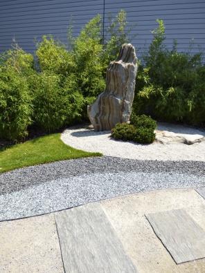 23.Kameniva různých barev dávají možnost vytvářet definované ornamenty zapředpokladu, že jsou jednotlivé plochy odsebe trvale odděleny – např. neviditelným obrubníkem.