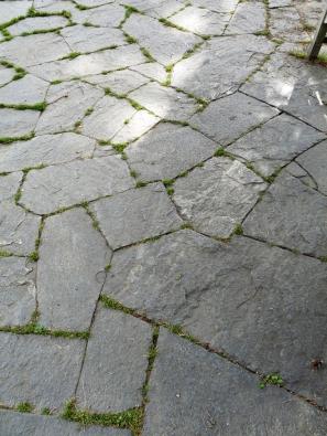 27.Hodně náročný způsob sesazení plochých kamenů. Každý kámen musel být přesně zaříznut, aby pasoval kedruhému. Výhodou jsou minimální spáry, které už nemusí být vyplňovány.