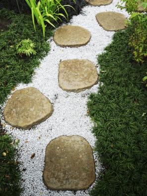 29.Kamenné šlapáky vkamenné drti jsou typické pro zahradní umění Dálného východu (Čína aJaponsko). Hodí se kzahradám vpodobném duchu.
