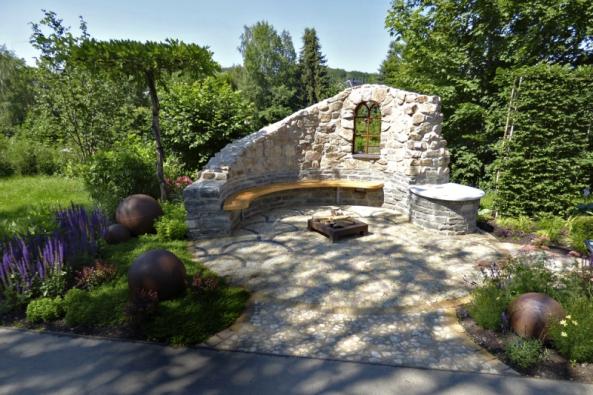 30: Natomto příkladu malého odpočívadla vidíme nejrůznější užití kamene vzahradě.