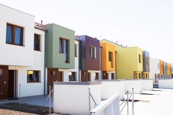 Nízkoenergetické řadové rodinné domy v klidné části Drahelčic, v lokalitě Slunečná, nosné konstrukce VAPIS tl. 175 resp. 200 mm