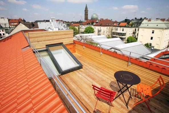 Terasa jako paluba lodi na střeše dvou podkrovních bytů v centru Mnichova - výstup je řešen posuvným výstupem Solara PERSPEKTIV.
