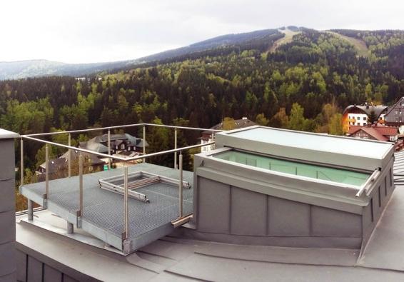Střešní terasa s horským výhledem a posuvným výstupem Solara.