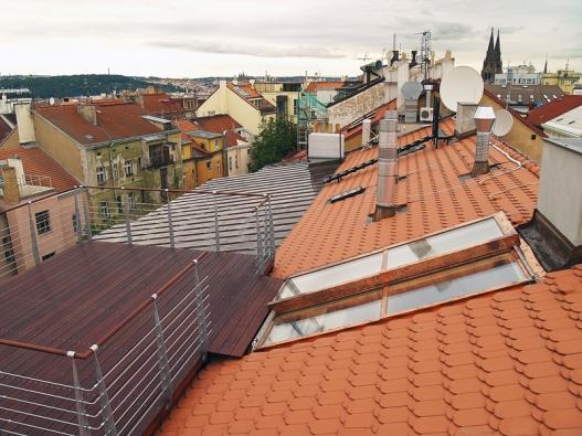 Luxusní střešní terasa v centru Prahy s posuvným střešním výstupem Solara PERSPEKTIV.