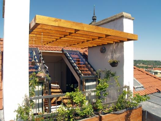 I malý střešní balkon nadělá hodně parády - posuvné střešní prosklení Solara.