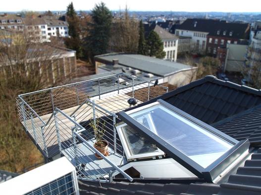 Střešní balkonové dveře Solara OPEN jsou kombinací dvou střešních oken.