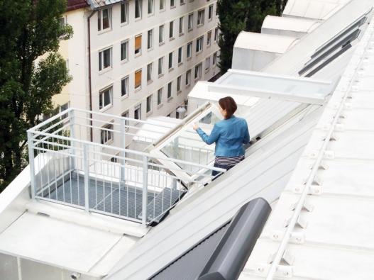 Střešní balkonové dveře Solara OPEN vedou na mini terásku na střeše světlíku.