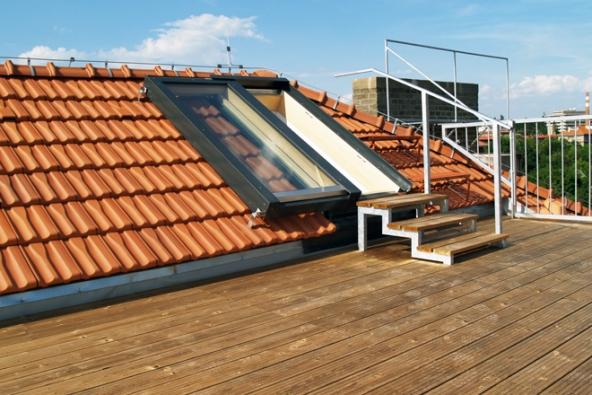 Na terasu ze šikmé střechy snadno vystoupíte skrze posuvné střešní dveře Solara PERSPEKTIV.