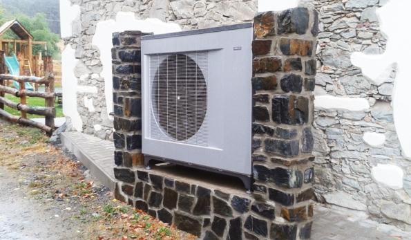 Tepelná čerpadla NIBE samozřejmě zajišťují úsporu energií nejen v rodinných domech, ale také v bytových domech, veřejných stavbách (školy) i v komerčních nemovitostech - V novostavbě školícího zařízení v Molčánkách u Benešova, které realizoval Václav Vydra, je využito tepelné čerpadlo NIBE F2300-20. Zařízení je doplněno regulací SMO 40, akumulační nádobou NAD 500 v3, bojlerem OKC 500 NTR/HP a záložním 18kW elektro kotlem. Foto: Václav Vydra