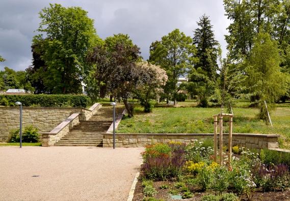 Důležitou součástí terasovitě řešené zahrady jsou pískovcová schodiště akamenné opěrné zídky. Jejich pravoúhlá kompozice působí monumentálním dojmem.