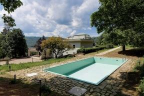 Rekonstrukce vily zahrnovala iobnovu bazénu. Pro obložení byly vyrobeny speciální repliky původního keramického obkladu Rako  sautentickým tvarem, barvou isložením.