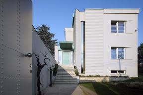 Zajímavostí rekonstrukce je žlábkování na fasádě,  tzv. kanelura. Název označuje svislý žlábek dříku sloupu či pilastru (v klasické architektuře). Zde jsou kanelury použity ve vodorovné podobě, a to jak na fasádě, tak na stěnách chodeb uvnitř domu.