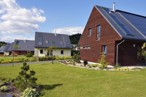 Realizace třinácti pasivních domů vevesničce Koberovy vČeském ráji získala hlavní cenu soutěže Energetický projekt 2007. Pasivní domy mají užitnou plochu od128 do175 m2 napozemcích od880 do1350 m2