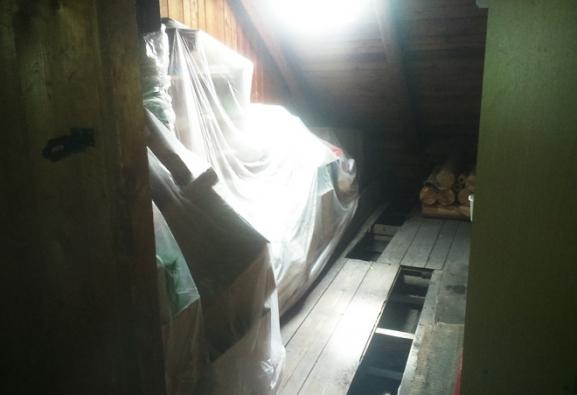 Příprava pro foukání izolace v patře. Odklopení jednoduchého podlahového záklopu na vybraných místech. (CIUR)