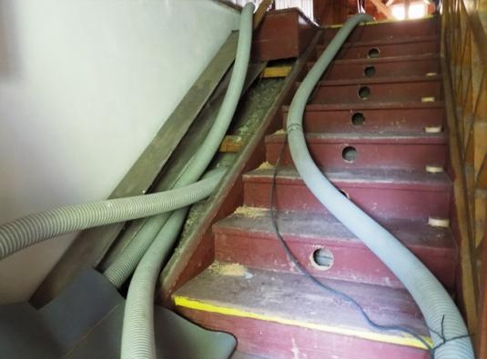 Příprava zateplení schodů a boční rampy. Odklopení krycí desky a vyvrtání otvorů do schodišťových stupňů. (CIUR)
