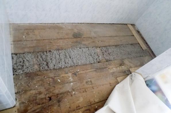 Zafoukaná celulózová izolace Climatizer Plus do jednoduchého záklopu podlahy. Se zateplenou střechou nebo podkrovím s přírodní celulózovou izolací Climatizer Plus je možná úspora až 35% na vytápění domácnosti. (CIUR)