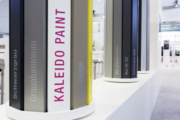Dekor hliníkových obložek lze u REHAU vybrat z více než 170 barev.
