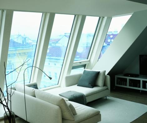 Maximální střešní prosklenou plochu lze získat dvěma způsoby. Prvním je využití libovolných sestav různých typů oken. Tyto sestavy mohou být svislé (okna v řadě nad sebou), vodorovné (okna v řadě vedle sebe) nebo blokové (okna vedle sebe a nad sebou). (FAKRO)