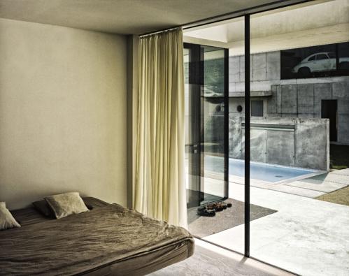 Kombinace šedého pohledového betonu a bílého barevného betonu v exteriéru působí zajímavým dojmem (ČESKOMORAVSKÝ BETON)