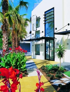 Beton nemusí být jen šedý. Jedinečný a individuální vzhled vtiskne domu probarvená varianta, tzv. barevný beton. Stavby, kde je využit právě barevný beton, jsou na pohled přitažlivé a od ostatních domů se výrazně odlišují. (ČESKOMORAVSKÝ BETON)