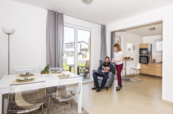 Obývací pokoj skuchyní dává každému možnost si zvolit oblíbené místo. Dočasný pán domu si pro četbu vybral strategické místo mezi jídelním koutem akuchyní svýhledem ven.
