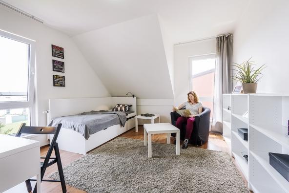 Světlá avzdušná místnost slouží většinou jako dětský pokoj pro jedno dítě. Díky své velikosti adispozici se sem vpřípadě potřeby vejdou idvě děti, včetně postelí apsacích stolů.