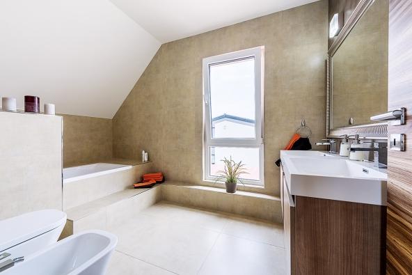 Místnost určená pro koupelnu je dostatečně velká, aby se dala zařídit vanou isprchovým koutem. Ještě zbývá dostatek místa naumyvadlo, WC apřípadně ibidet.