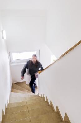 Schodiště má všechny správné parametry: Pohodlný úhel avýška stupňů, dobré osvětlení. Nezabírá zbytečně moc místa avinteriéru působí nenápadně.