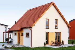 Typový dům Ideal společnosti Canaba působí malebně aútulně. Díky kombinaci klasických tvarů amoderních prvků zapadne dostávající zástavby.