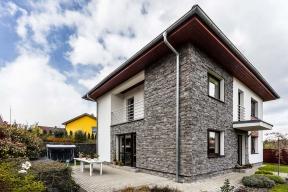 Dvoupodlažní rodinný dům majitel objevil  v nabídce společnosti Ekonomické stavby  a nechal si ho postavit v nádherném přírodním prostředí na okraji Liberce.