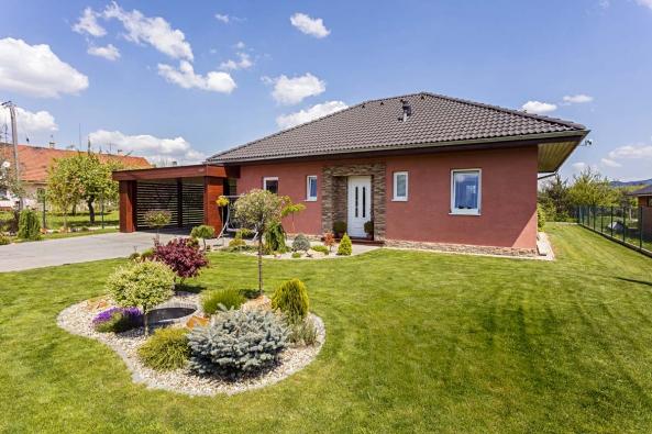 Dům Katka působí na první pohled velmi moderně, zejména díky promyšleným detailům, celkové koncepci i pěknému umístění na parcele.