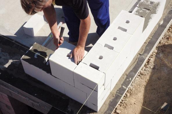 Máte-li připravené základy, můžete se vrhnout na samotnou stavbu domu. (Zdroj: KM Beta)
