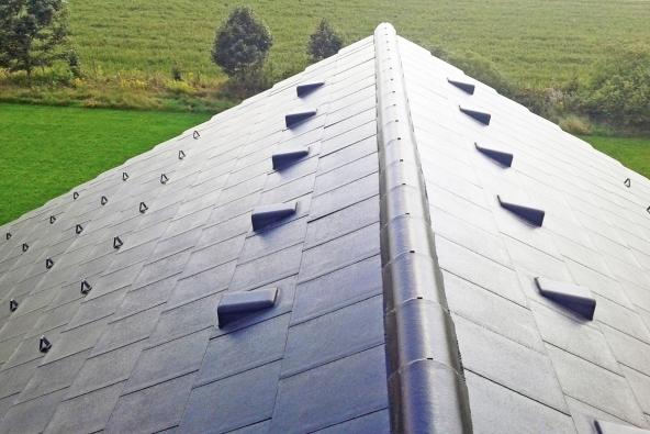 Tak jako domu nesmí chybět základy, je nedílnou součástí hrubé stavby též dokončená nosná střešní konstrukce včetně položené střešní krytiny a prostupu komína. (Zdroj: KM Beta)