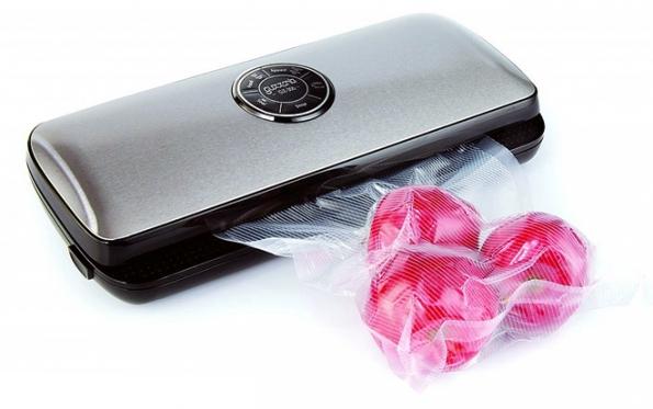 Vakuovačka Guzzanti GZ 300 zachová potraviny déle čerstvé vlednici, mrazáku nebo ve spíži. Potravina se vloží do speciálního potravinářského sáčku avakuovačka sama pozná, kdy ho máuzavřít. (www.mall.cz)