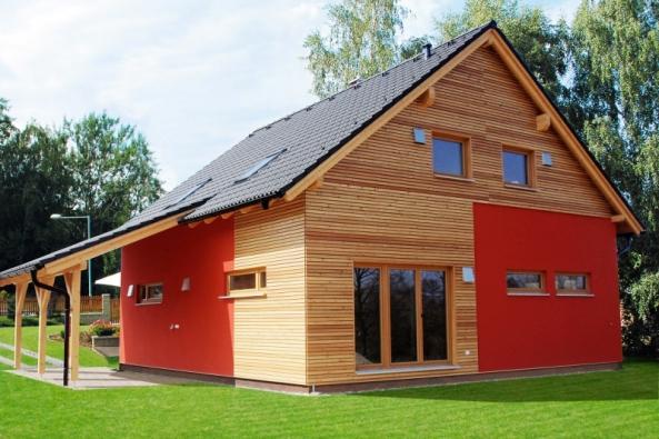 Obklad zpřírodního dřeva pomáhá stavbě zapojit se dokrásného přírodního prostředí. Kombinace somítkou činí jednoduchý dům zajímavějším (dům Bella, Atrium)