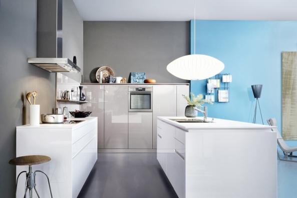 Zeď zapracovní deskou jednoduše čistě aelegantně vyřeší výmalba, která bude mít vnamáhaném prostoru omyvatelnou úpravu. www.leicht.com