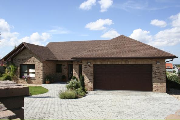 Eternitové střechy mají to nejlepší zasebou. Pokud máte ivy takovou starou eternitovou střechu, přečtěte si, jak střechu zrekonstruovat azároveň zachovat co nejvíce částí způvodní střechy. Můžete tak ušetřit docela dost peněz, protože nebudete muset měnit konstrukci střechy. (Foto: IKO)