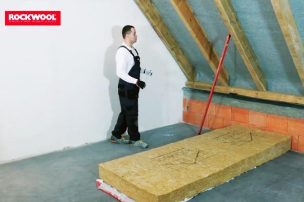 Nezateplenou nebo nesprávně zateplenou šikmou střechou může unikat až 30 % energií na vytápění. Zateplení vhodným izolačním materiálem sníží tepelné ztráty a zvýší hodnotu domu. (Foto: ROCKWOOL)