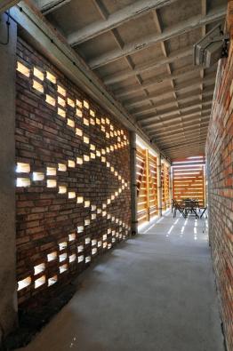 Česká cena za architekturu 2016: Adaptace bývalých zemědělských garáží na zázemí biotopu v Honěticích u Kroměříže (Martin Prokš a Marek Přikryl, 2013)
