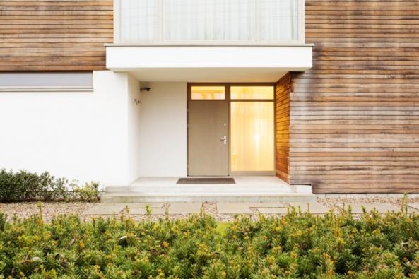 Při hledání ideálního domu se zaměřte i na umístění vchodu a podobu vstupních dveří. Již tento detail bude rozhodovat o tom, jak se při příchodu domů budete cítit, a ostatním leccos prozradí o tvůrcích i obyvatelích domu.