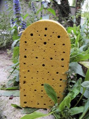 Každý druh hmyzu (čmeláci, včelky, slunéčka atd.)potřebuje jiný typ úkrytu: domky srákosovými trubičkami, dřevěný panel svrtanými otvory, perforované cihly nebo tvárnice. Cihla je speciálně pro včelky samotářky - vní larvičky ipřezimují. Mimo domečky (třeba vzemi) přezimují např. čmeláci matky.