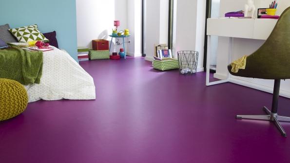 Pestré barevné řešení prostoru nabízí vinylová krytina Fabric 200. Je extrémně odolná, navýběr se nabízí více barev, cena 216 Kč/m², vyrábí Tarkett, www.tarkett.cz