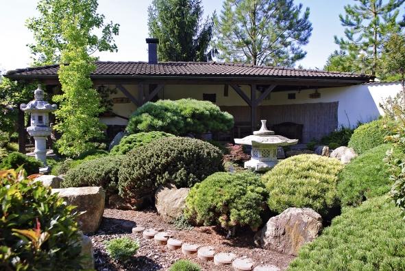 Pohled na čajovnu, borovice a lampy Kasuga (vlevo) a Rokkaku Yukimi.
