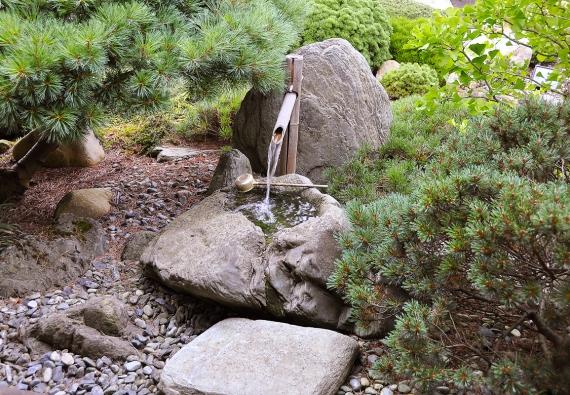 Tsukubai je krásné na pohled, ale i zvukem tekoucí vody.