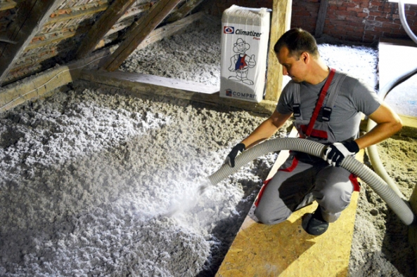 Foukání celulózové izolace Climatizer Plus (Foto: Archiv CIUR)